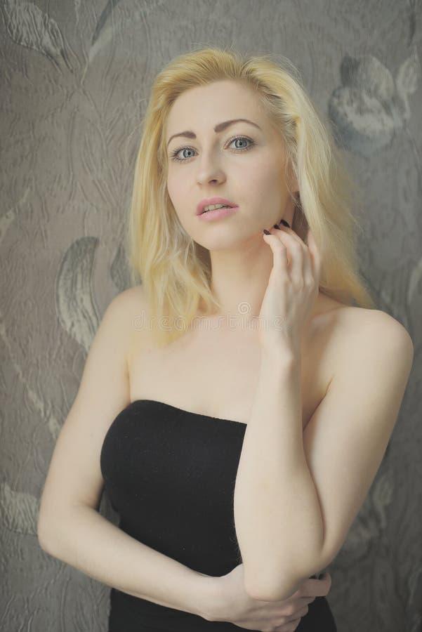 Download Portret Dichte Omhooggaand Van Jonge Mooie Blondevrouw Stock Afbeelding - Afbeelding bestaande uit elegantie, rust: 54077341