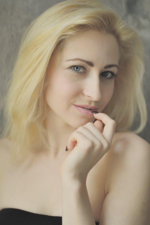 Download Portret Dichte Omhooggaand Van Jonge Mooie Blondevrouw Stock Foto - Afbeelding bestaande uit haar, binnen: 54077380
