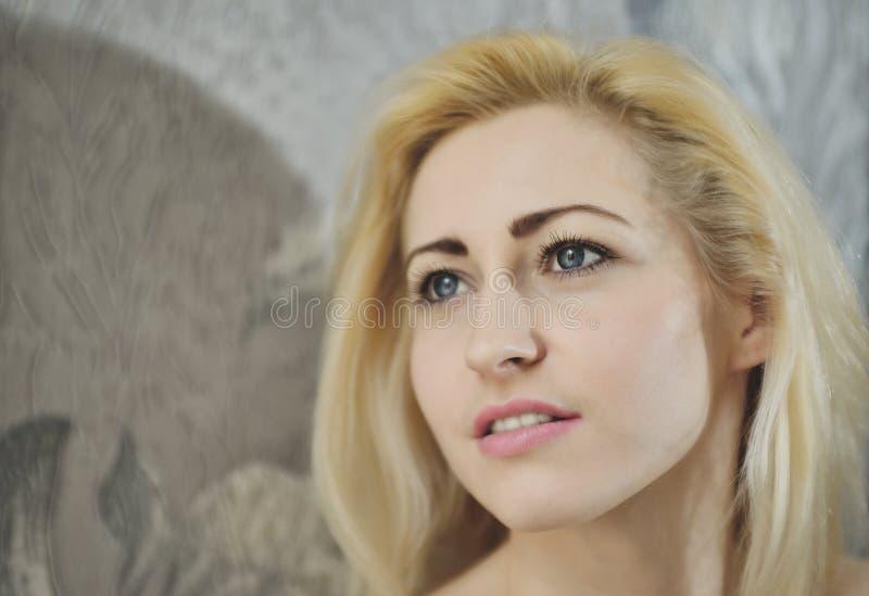 Download Portret Dichte Omhooggaand Van Jonge Mooie Blondevrouw Stock Afbeelding - Afbeelding bestaande uit kijk, ogen: 54077635
