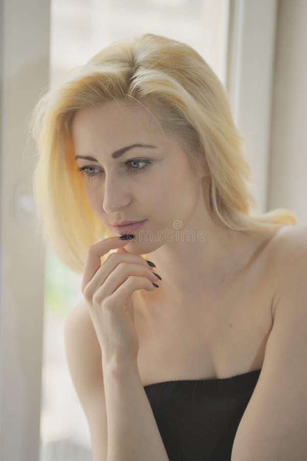 Download Portret Dichte Omhooggaand Van Jonge Mooie Blondevrouw Dichtbij Venster Stock Foto - Afbeelding bestaande uit kaukasisch, aantrekkelijk: 54077212