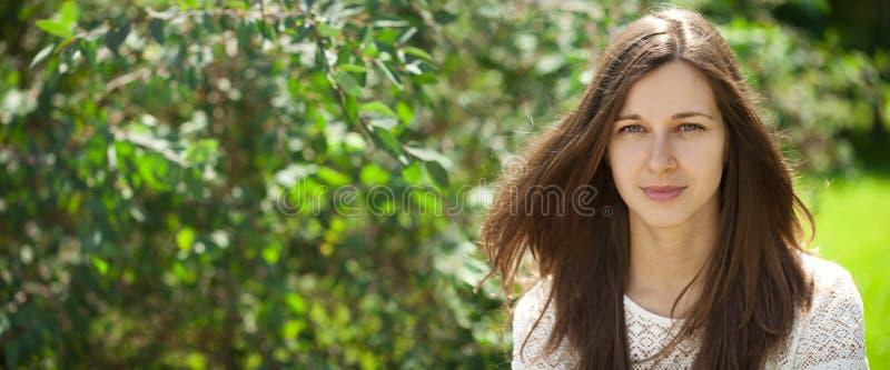 Portret dichte omhooggaand van jonge mooie donkerbruine vrouw stock foto's