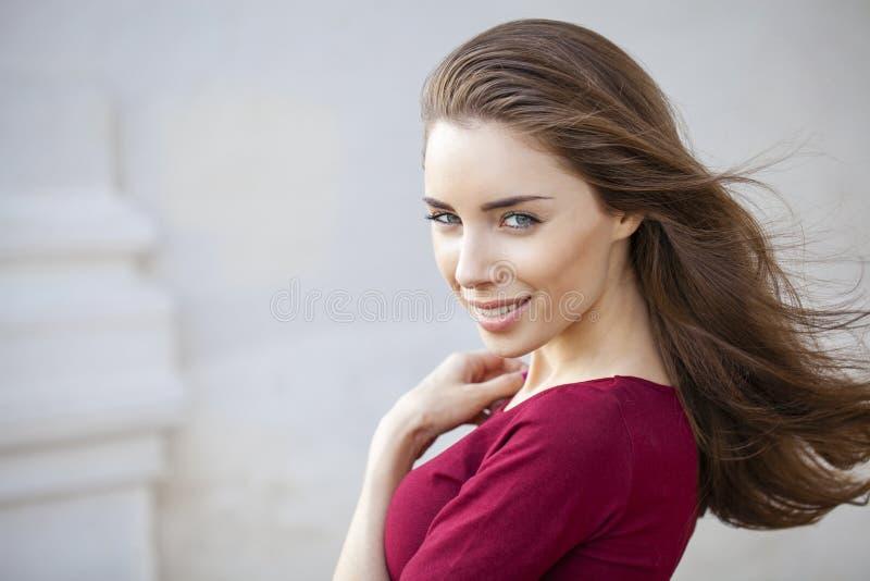 Portret dichte omhooggaand van jonge mooie donkerbruine vrouw stock fotografie