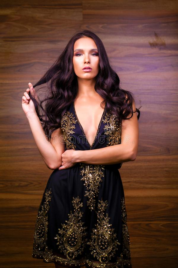 Portret dichte omhooggaand van jonge mooie donkerbruine vrouw in zwarte dre royalty-vrije stock afbeelding