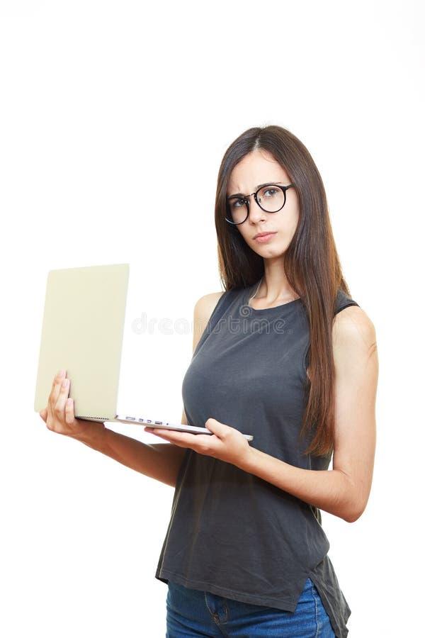 Portret die jonge bedrijfsvrouw in glazen glimlachen die over w wordt geïsoleerd royalty-vrije stock afbeelding