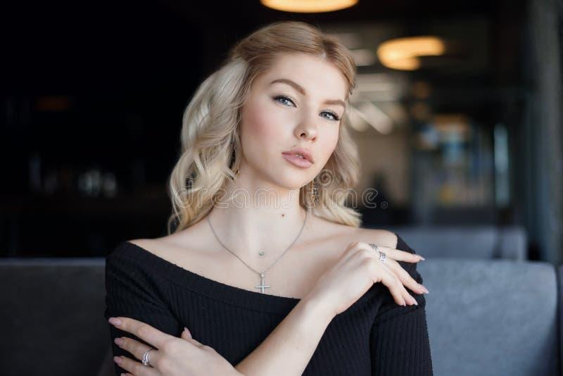 Portret die jonge vrouw met vriendschappelijke glimlach, het lange blondehaar glimlachen charmeren stock afbeeldingen