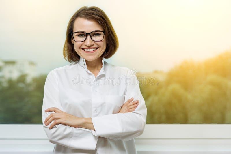 Portret die medische vrouw arts glimlachen bij het Ziekenhuis royalty-vrije stock afbeelding