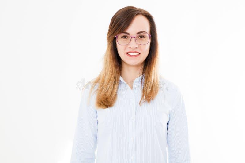 Portret die moderne bedrijfsdievrouw met glazen glimlachen op witte achtergrond wordt geïsoleerd Meisje in overhemd Exemplaarruim stock fotografie