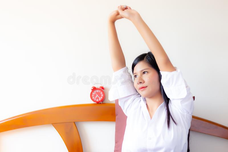 Portret die mooie Aziatische vrouw charmeren De aantrekkelijke mooie vrouw rekt wapens uit De schitterende vrouw is ontwaken in d stock afbeelding