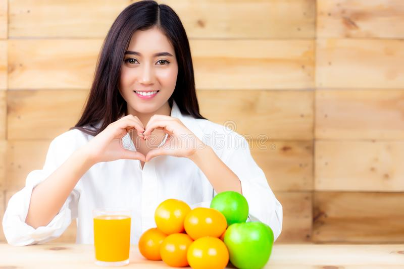 Portret die mooie gezonde vrouw charmeren Aantrekkelijke Mooi stock foto