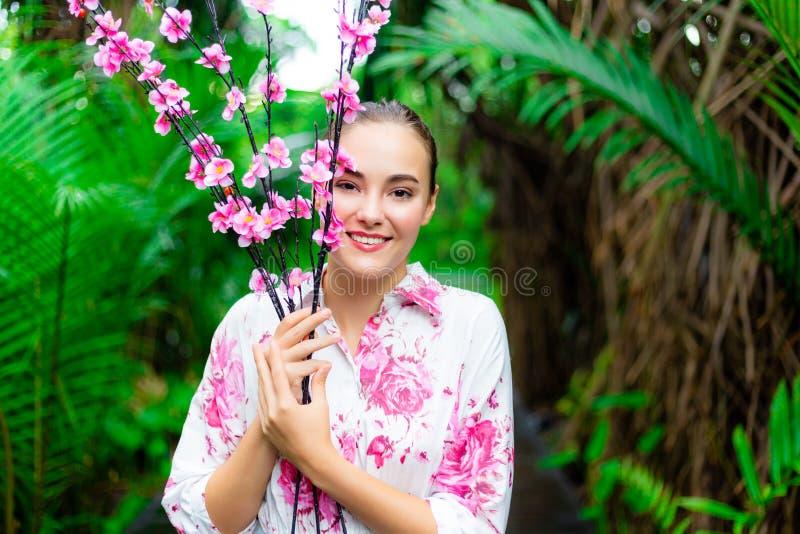 Portret die mooie Kaukasische vrouw charmeren Schitterende vrouwengreep stock afbeelding