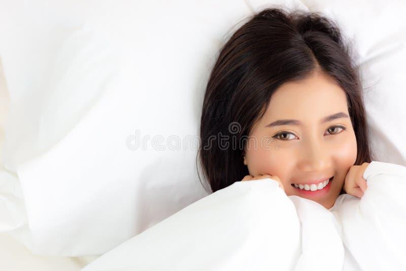 Portret die mooie vrouw in bed charmeren Aantrekkelijk mooi g stock foto
