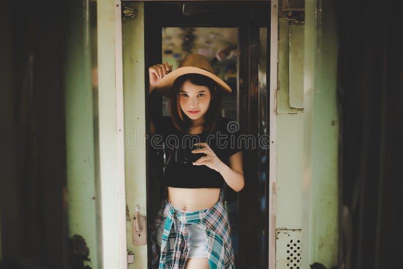 Portret die mooie vrouw charmeren Aantrekkelijke mooie toerist stock afbeelding