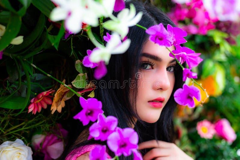 Portret die mooie vrouw charmeren Aantrekkelijke mooie vrouwen Ha stock afbeeldingen