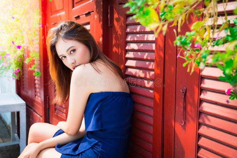 Portret die mooie vrouw charmeren: Het aantrekkelijke meisje kijkt iemand wievan zij houdt De schitterende vrouw kijkt mooi stock foto