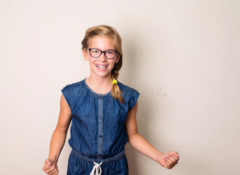 Portret die succesvol tienermeisje in oogglazen winnen en brac stock fotografie