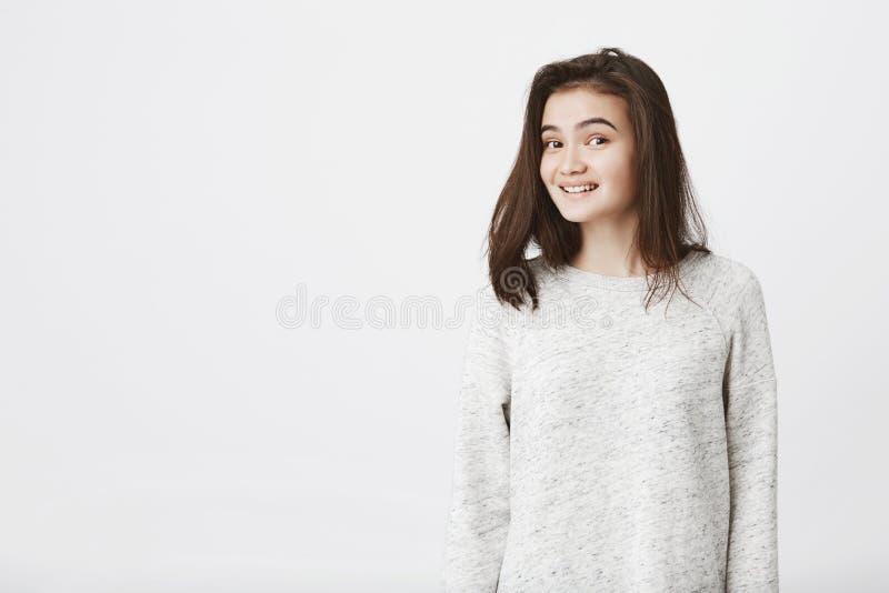 Portret die van aantrekkelijke in vrouwelijke student met opgeheven wenkbrauwen, angstig terwijl het bekijken camera over wit gli royalty-vrije stock afbeelding