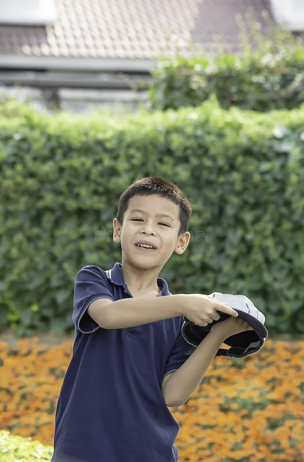 Portret die van ASEAN-jongen, en gelukkig in het park lachen glimlachen stock foto's