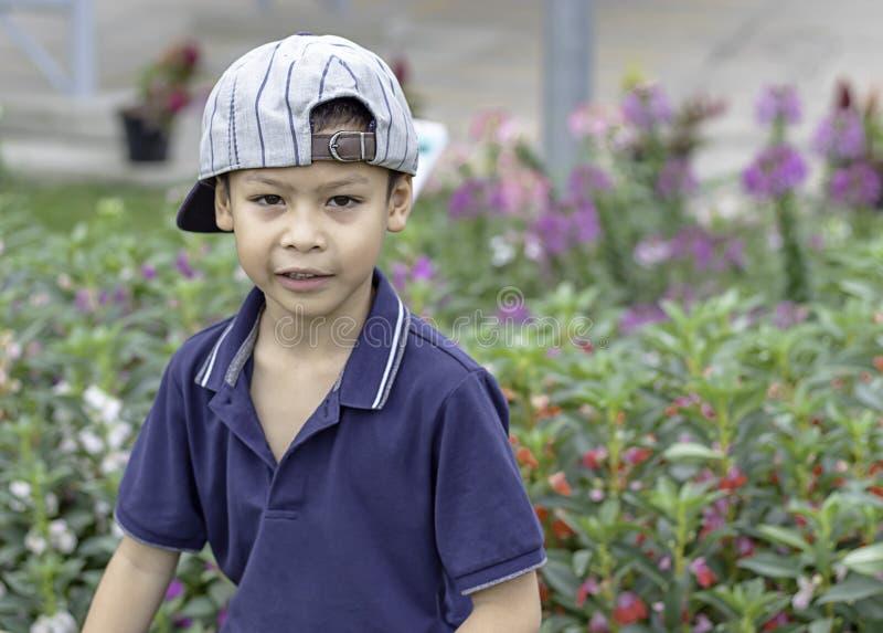 Portret die van ASEAN-jongen, en gelukkig in het park lachen glimlachen stock afbeelding