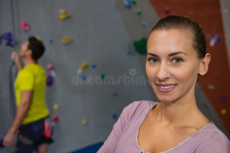 Portret die van atleet zich tegen mens bergbeklimming in gezondheidsclub bevinden stock afbeeldingen