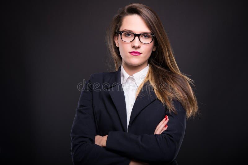 Portret die van bedrijfsvrouw zich met gekruiste wapens bevinden stock afbeeldingen