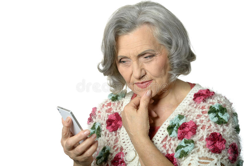 Portret die van bejaarde dame mobiele telefoon houden stock foto's