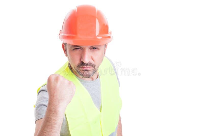 Portret die van boze arbeider zijn vuist tonen stock foto's
