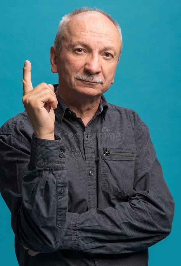 Portret die van de hogere mens zijn wijsvinger benadrukken royalty-vrije stock afbeelding