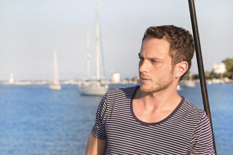 Portret die van de knappe mens zich op een varende boot bevinden stock fotografie