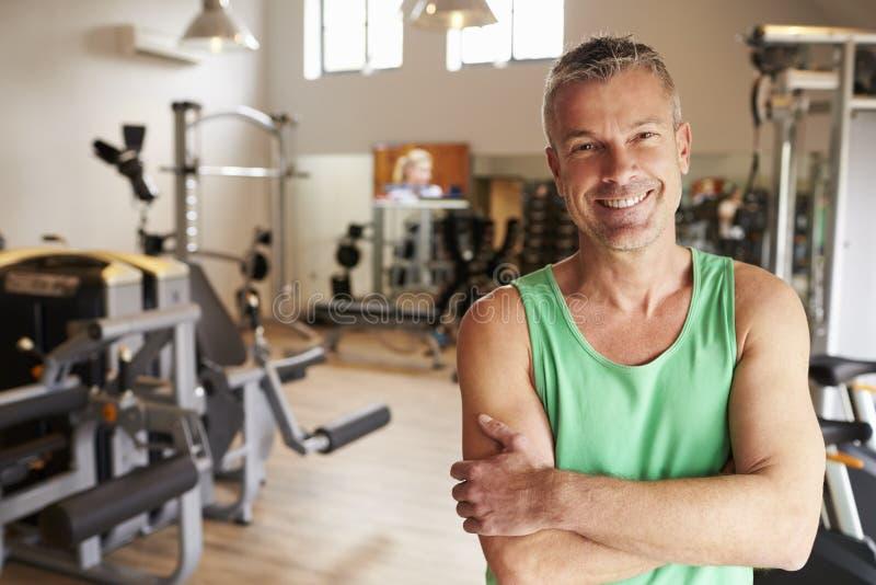 Portret die van de Rijpe Mens zich in Gymnastiek bevinden royalty-vrije stock foto