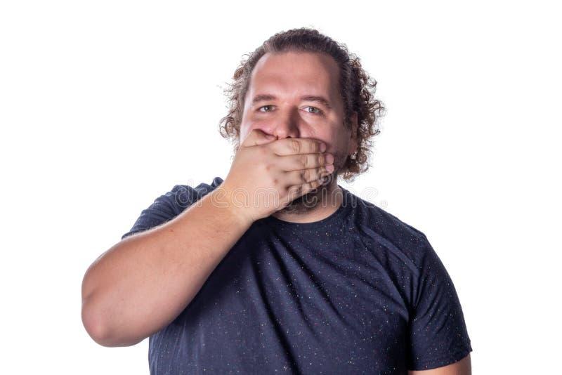 Portret die van de verbaasde mens zijn mond over witte achtergrond behandelen royalty-vrije stock foto