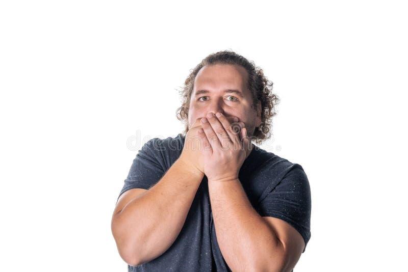 Portret die van de verbaasde mens zijn mond over witte achtergrond behandelen royalty-vrije stock afbeelding