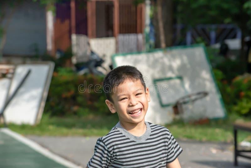 Portret die van een jongen Azië, en gelukkig in het park lachen glimlachen royalty-vrije stock foto's