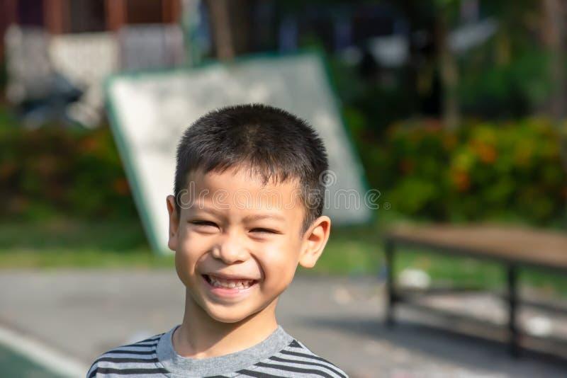 Portret die van een jongen Azië, en gelukkig in het park lachen glimlachen stock fotografie