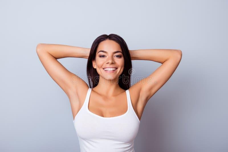 Portret die van een leuke mulat in vrijetijdskleding, zich op de blauwe achtergrond bevinden Zij is vrolijk en ontspannen op grij stock afbeeldingen