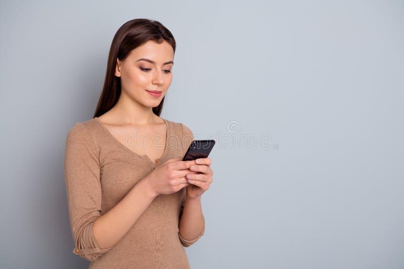 Portret die van ernstige rust millennial het apparatengadget het charmeren van de greephand kijkt apps toepassing geklede modieuz royalty-vrije stock afbeeldingen