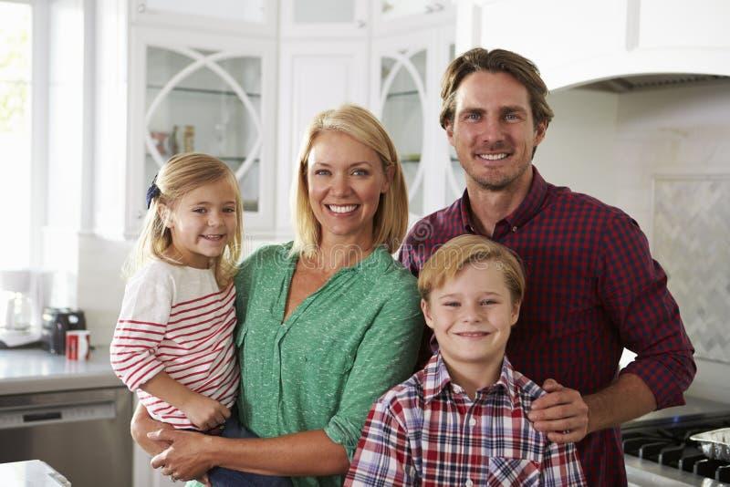 Portret die van Familie in Keuken zich verenigen stock afbeeldingen