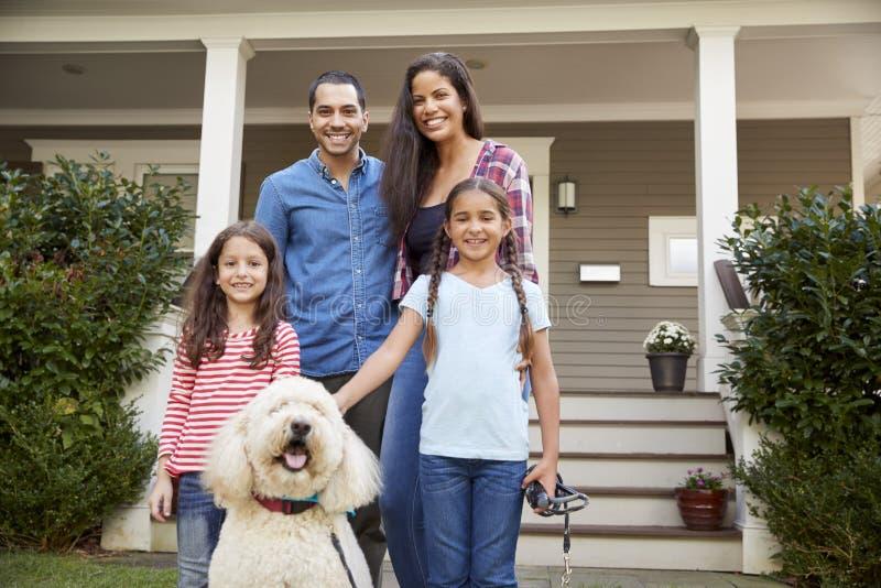 Portret die van Familie zich bij Front Of House With Pet-Hond bevinden royalty-vrije stock afbeelding