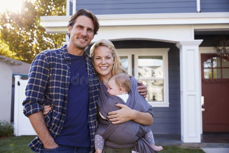 Portret die van Familie zich buiten Huis bevinden stock foto's