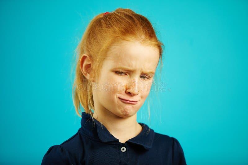 Portret die van die gefrustreerd kind die met overgevoelige blik, afschuw, close-up uitdrukken weg kijken van redheaded meisje wo stock foto