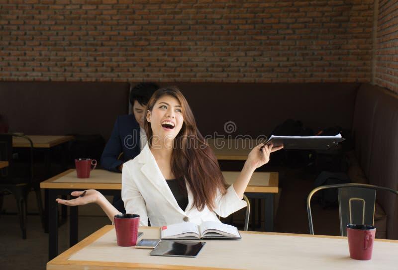 Portret die van gelukkige bedrijfsvrouw in koffiewinkel, van een werkelijk indrukwekkend succes hebben genoten royalty-vrije stock afbeelding