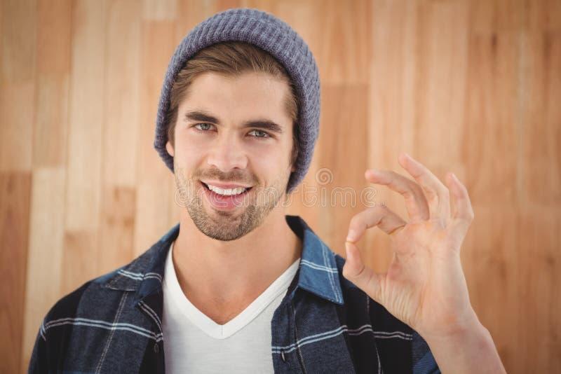 Portret die van gelukkige hipster O.K. teken tonen stock foto
