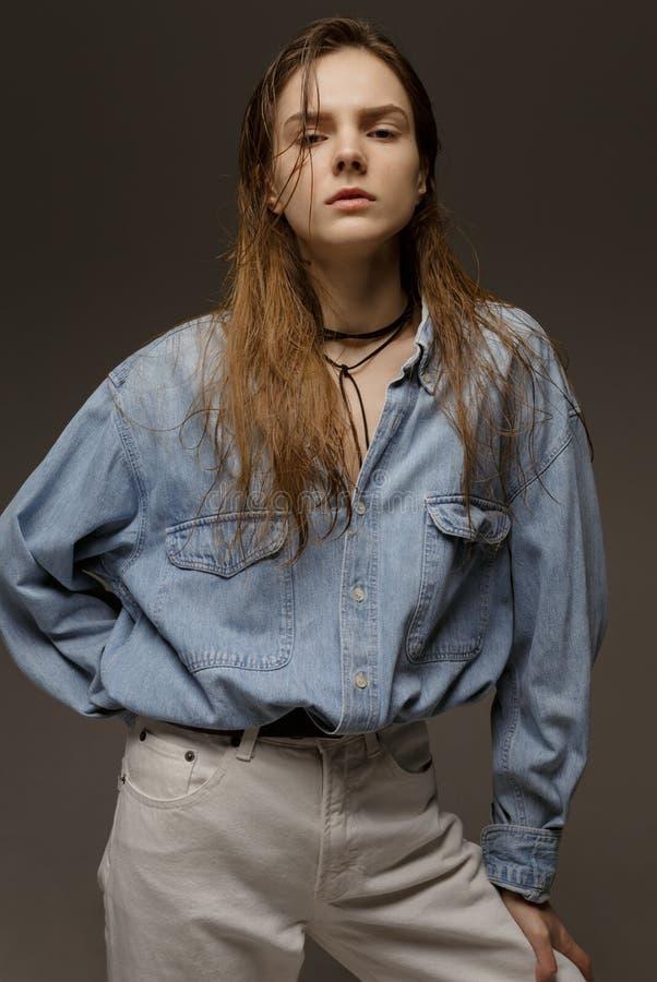 Portret die van gelukkige jonge vrouw, in het overhemd van Jean stellen stock afbeeldingen