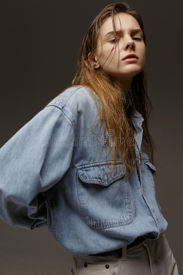 Portret die van gelukkige jonge vrouw, in het overhemd van Jean stellen stock foto's