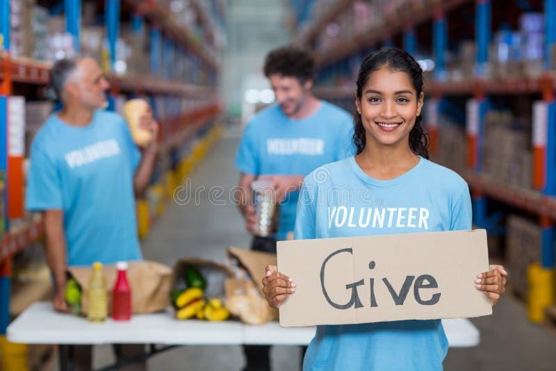 Portret die van gelukkige vrijwilliger een teken houden stock afbeeldingen