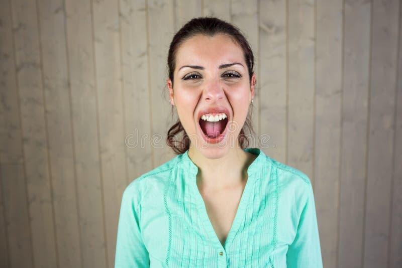 Portret die van gillende vrouw aan hoofdpijn lijden stock afbeeldingen