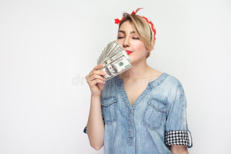 Portret die van het koelen van mooi jong meisje in toevallig blauw denimoverhemd met make-up en rode hoofdband die, van de geur g stock afbeeldingen