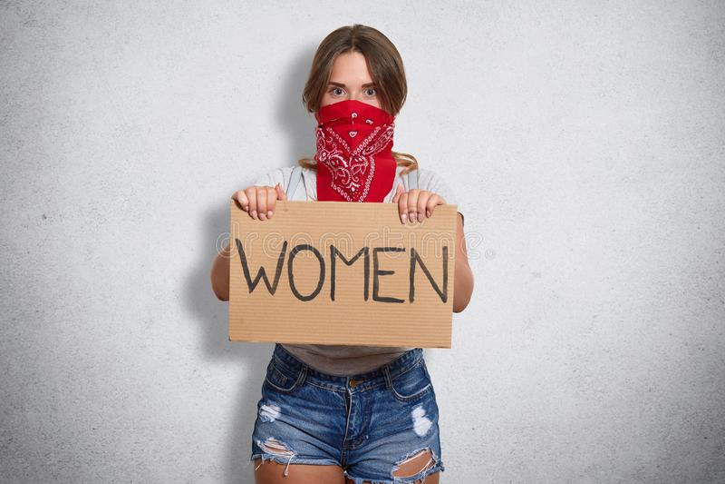 Portret die van het zekere krachtige openbare activist protesteren, aandacht besteden aan belangrijk sociaal probleem, die inschr stock afbeelding