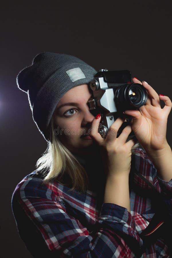 Portret die van hipstermeisje beeld met retro camera nemen royalty-vrije stock afbeeldingen