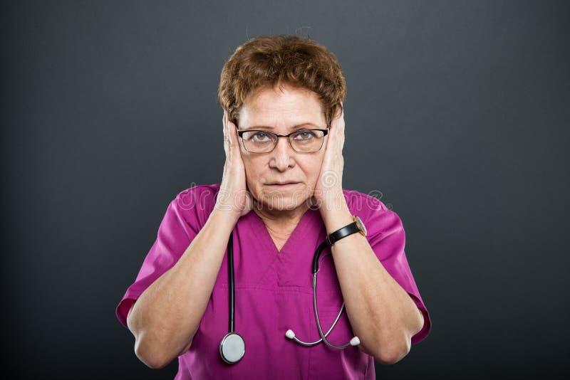 Portret die van hogere dame arts oren zoals doof concept behandelen stock fotografie