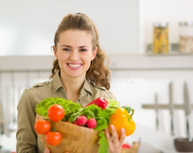 Portret die van huisvrouw plaat van groenten tonen royalty-vrije stock afbeelding